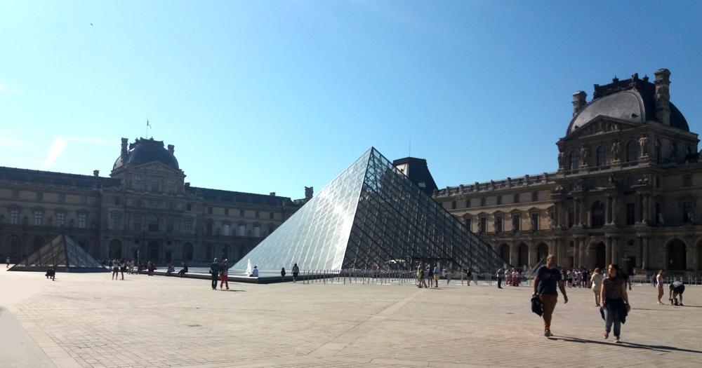20 Paris Juillet Louvre Pyramide place 1